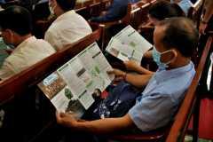 5. Đại biểu xem tài liệu được phát cho sự kiện/ Delegates view materials distributed for the event