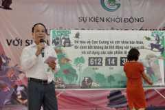 11. Đại biểu chung tay cam kết không sử dụng sản phẩm động vật hoang dã trái phép 2/ Participants all pledge not to use illegal wildlife products 2